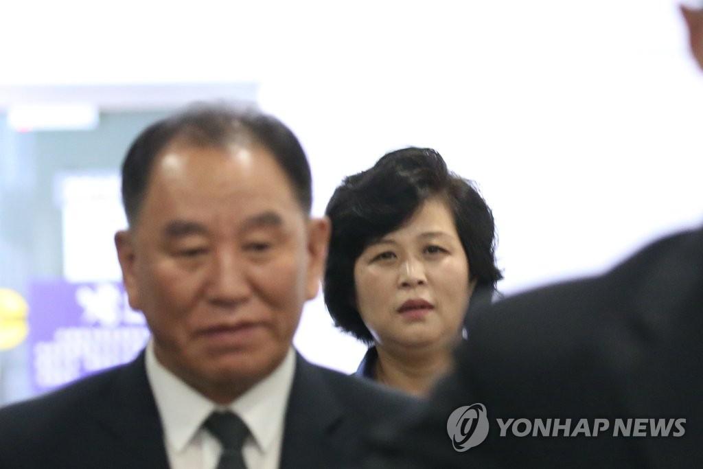 尾随朝鲜劳动党统战部长金英哲的统一战线策略室长金圣惠(韩联社)
