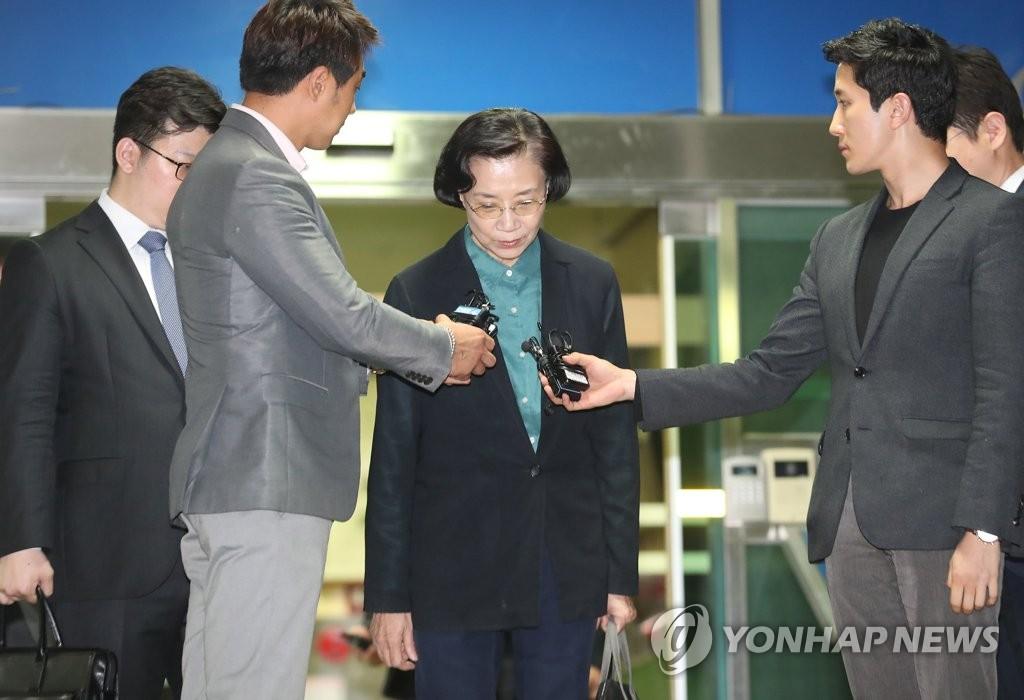 韩进集团会长夫人受调查后离开警署