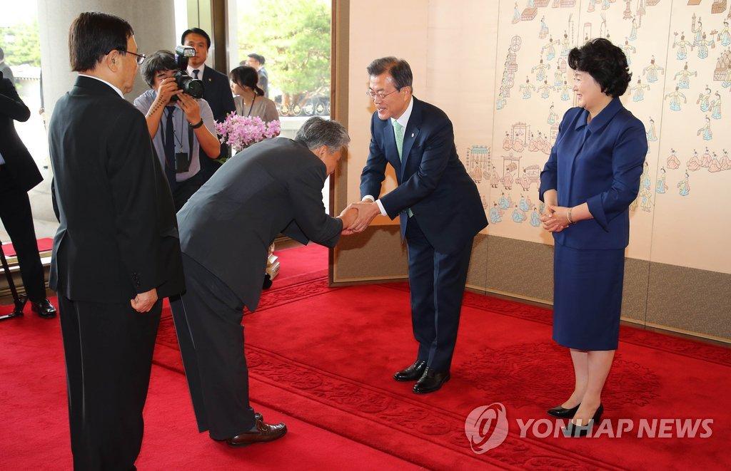 韩总统接见于国有功者及家属
