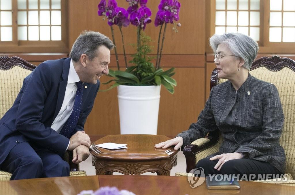 韩外长会见红十字国际委员会主席毛雷尔