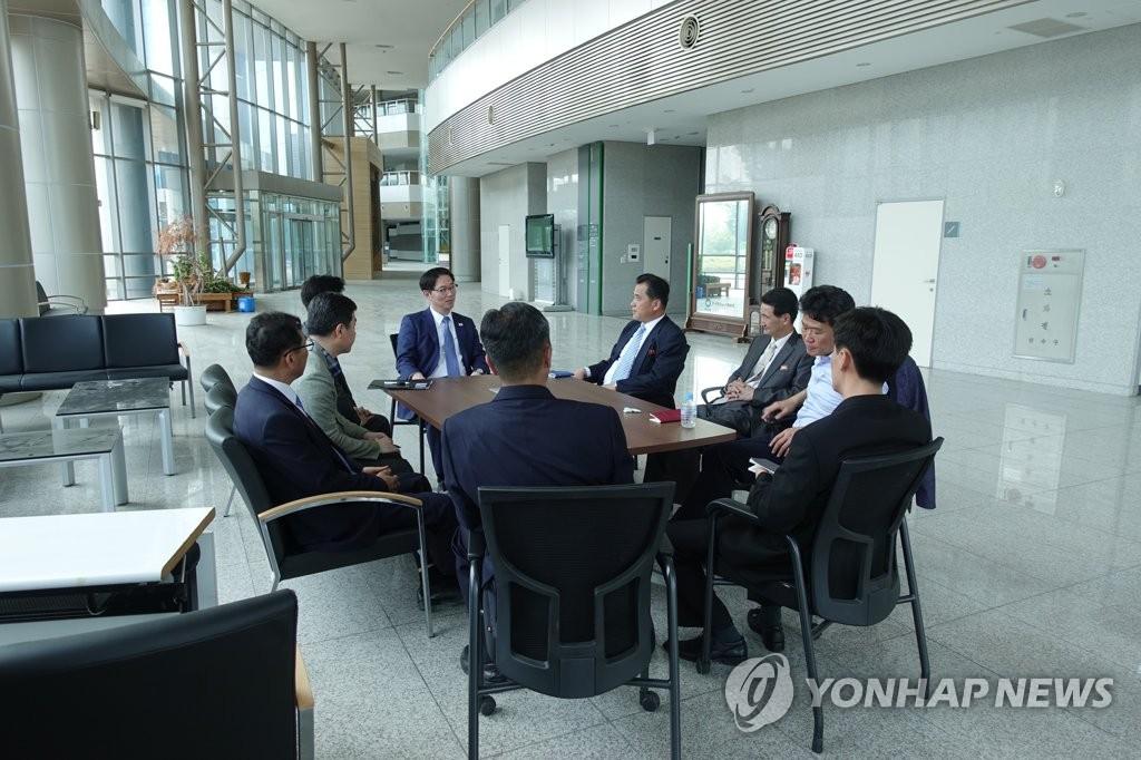 资料图片:韩朝联办筹备团在开城工业园区开会。(韩联社/统一部供图)