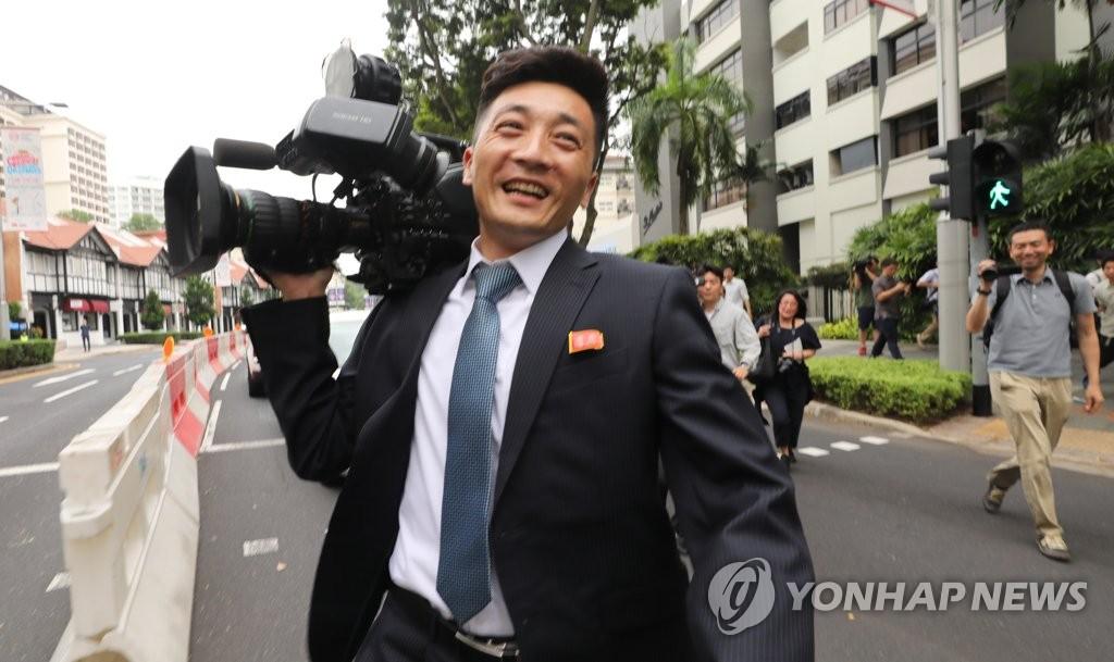 朝鲜记者遭围观