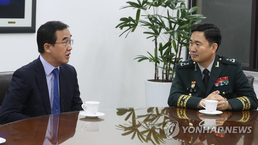6月14日,在位于首尔钟路区的南北会谈本部,金度均(右)启程赴会前与赵明均交谈。(韩联社/联合采访团)