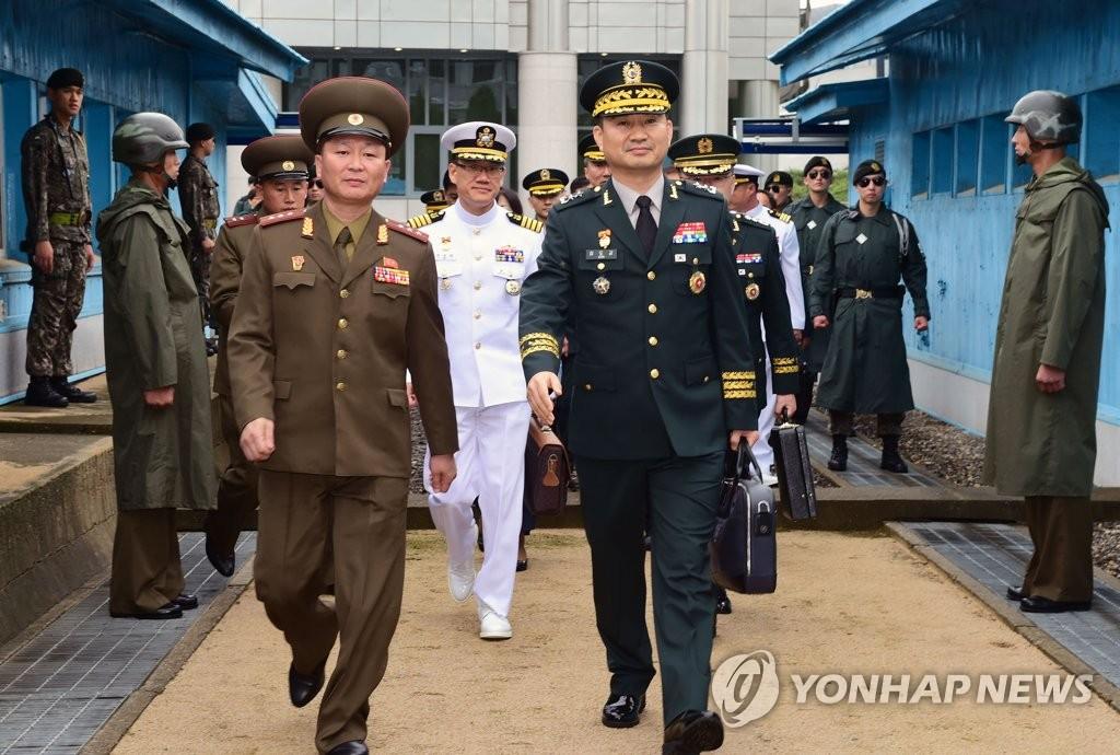 韩军方高官跨过军事分界线赴朝