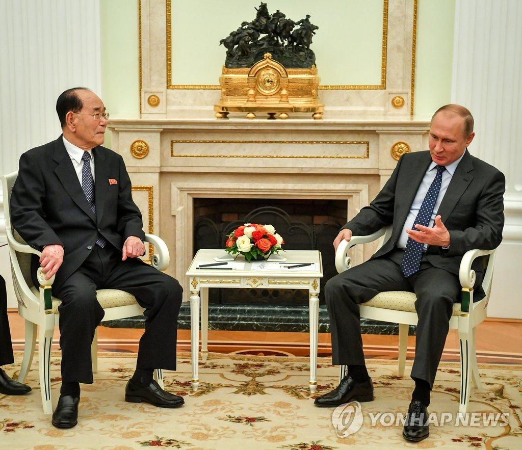 当地时间6月14日,在俄罗斯克里姆林宫,金永南(左)拜会俄罗斯总统普京。(韩联社/路透社)