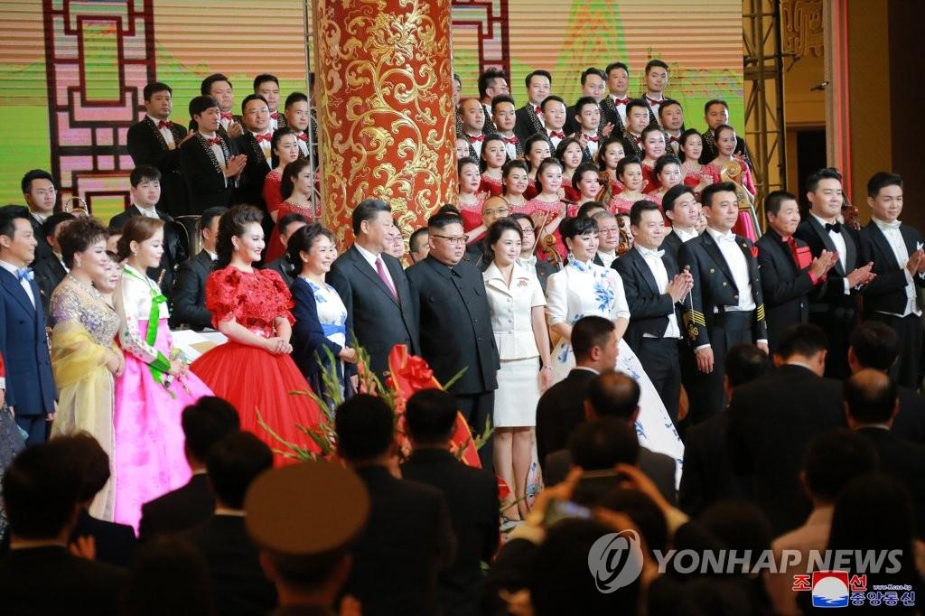 6月20日,在北京人民大会堂,金正恩与李雪主在欢迎宴会上合影留念。图片仅限韩国国内使用,严禁转载复制。(韩联社/朝中社)
