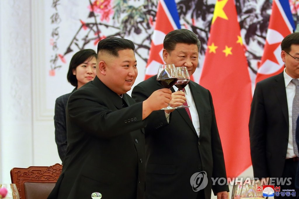 朝中领导人共同举杯