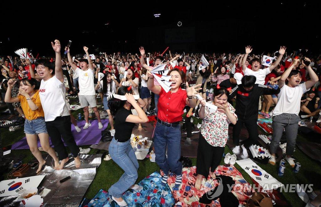 韩国球迷欢庆胜利