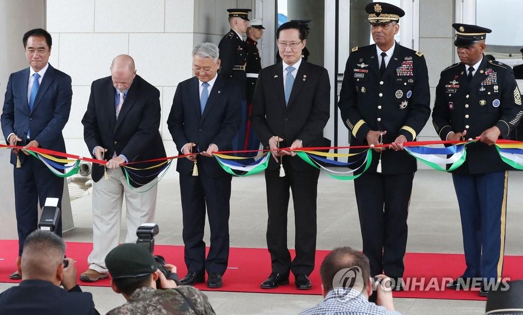 6月29日,在位于京畿道平泽的驻韩美军基地汉弗莱营,韩美军相关人士为新楼开馆剪裁。(韩联社)