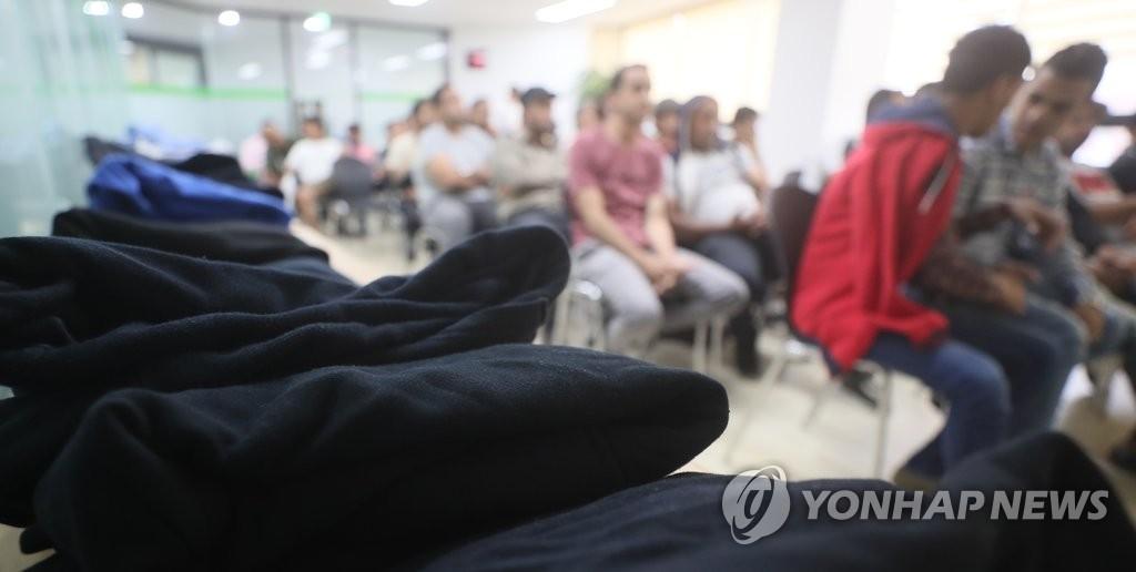 资料图片:6月29日,在济州移民中心,提出避难申请的也门人在等待向韩国国家人权委员会咨询人权问题。(完)