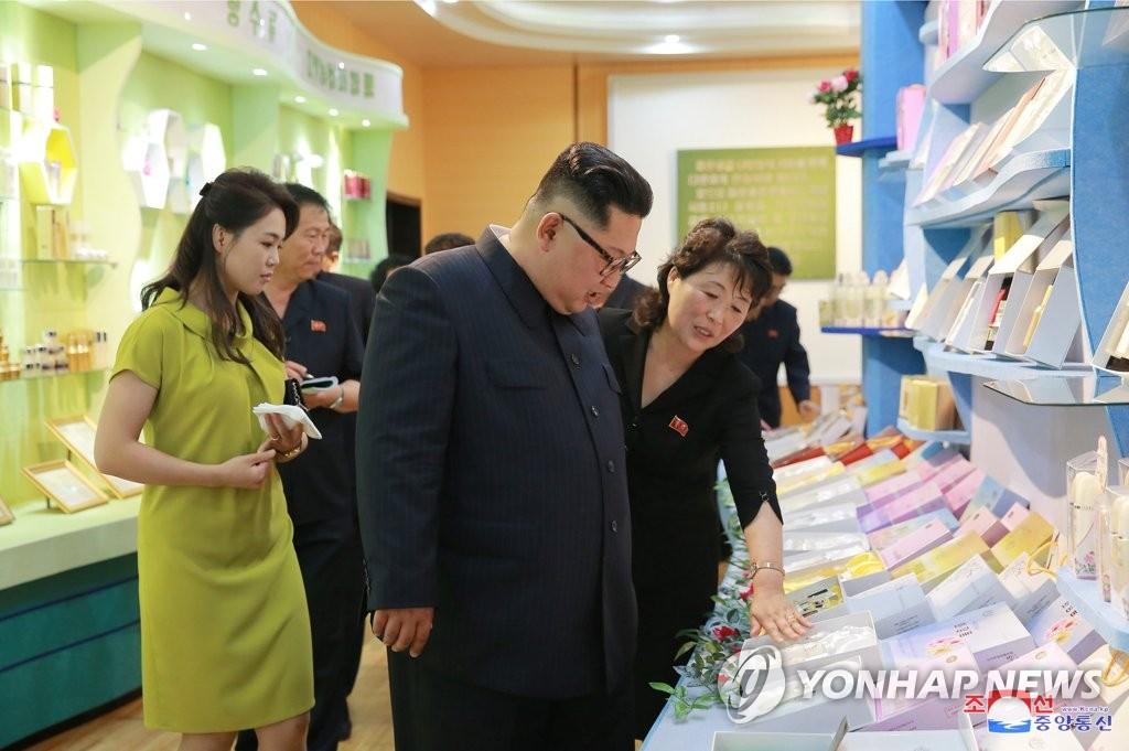 金正恩视察化妆品工厂