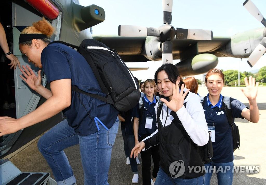 韩国篮球代表团乘机赴朝