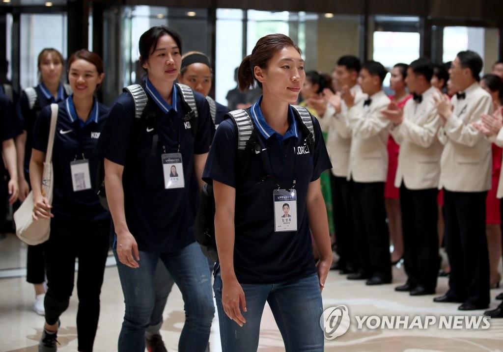 韩女子篮球队访问平壤