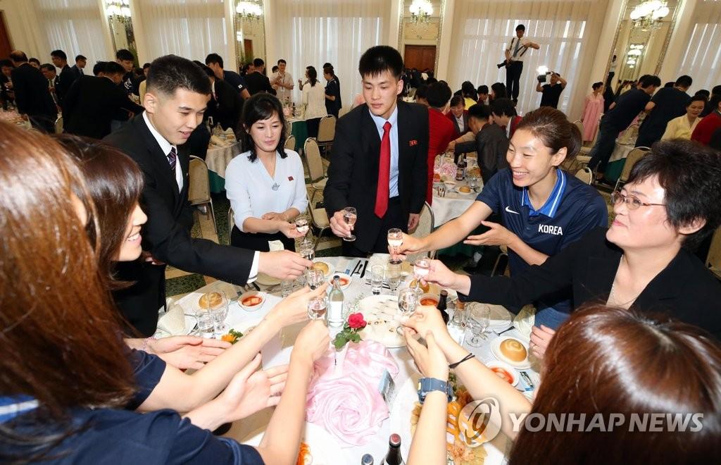 韩朝篮球代表团举杯