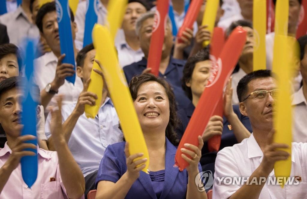 平壤市民为韩朝选手加油助威