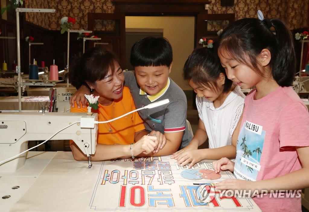"""资料图片:2018年7月6日,在位于首尔中区的文化站首尔284(原首尔站),孩子们正在参观以""""开城工业园区""""为主题的展览会。(韩联社)"""