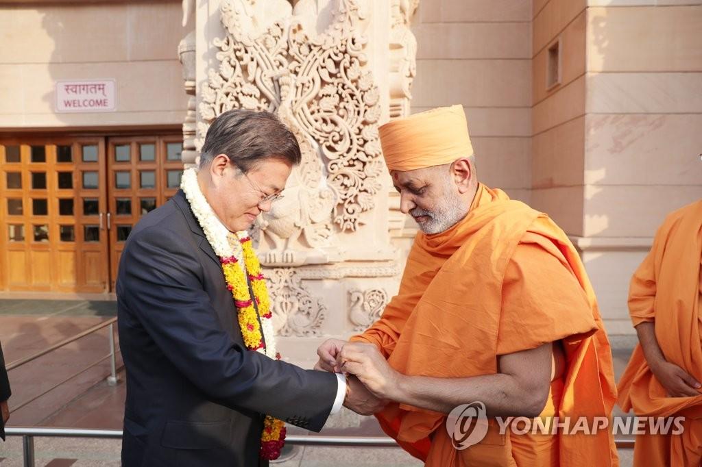 文在寅访问印度教神庙