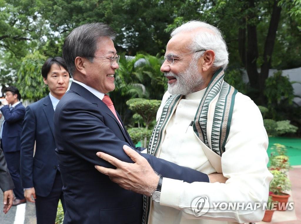 文在寅同印度总理出席甘地胸像揭幕式