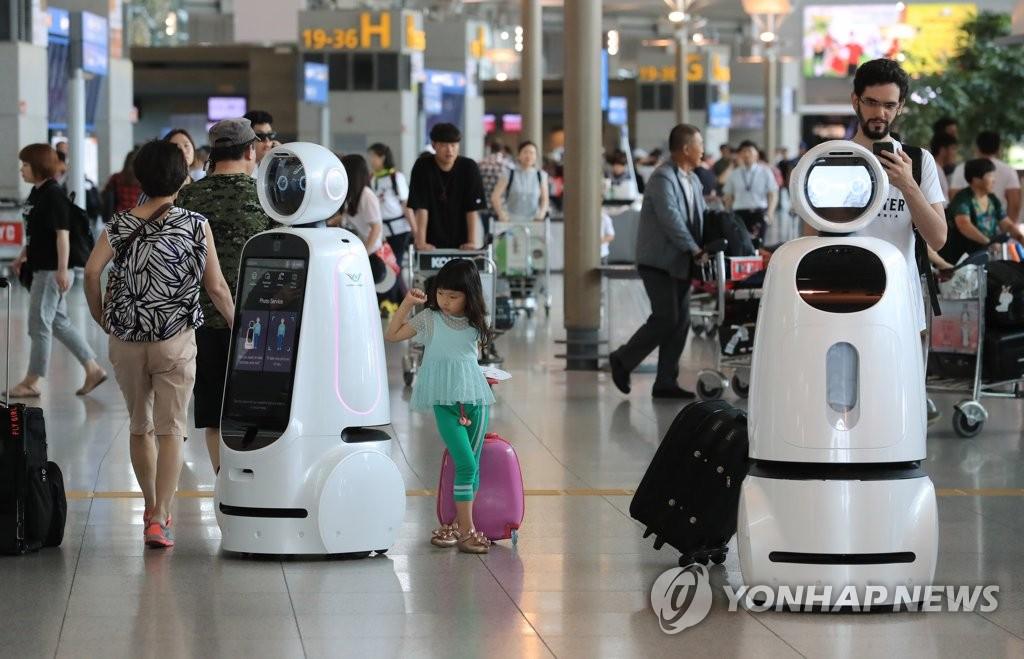 """11日下午,新一代客服机器人""""AIRSTAR""""现身仁川国际机场第一航站楼,吸引游客目光。(韩联社)"""