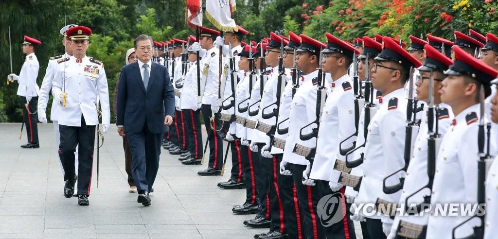 新加坡总统欢迎文在寅