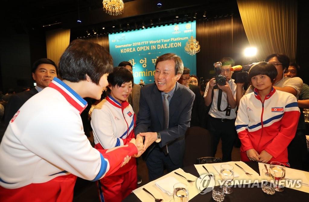 韩高官欢迎朝鲜乒乓选手