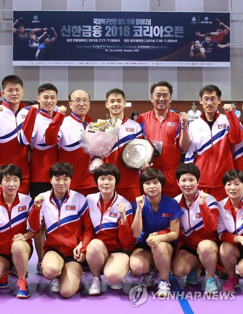 朝鲜乒乓队合影庆夺冠
