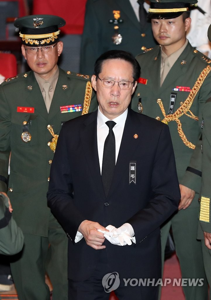 韩防长出席军机遇难者遗体告别仪式