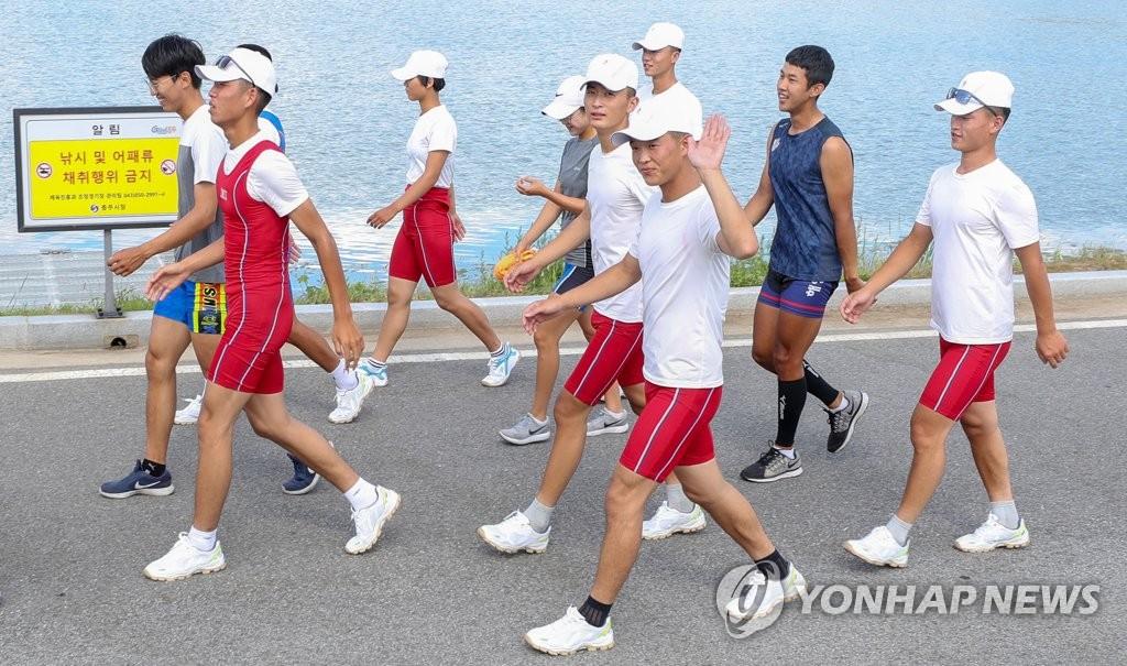 韩朝皮划选手向路人挥手示意