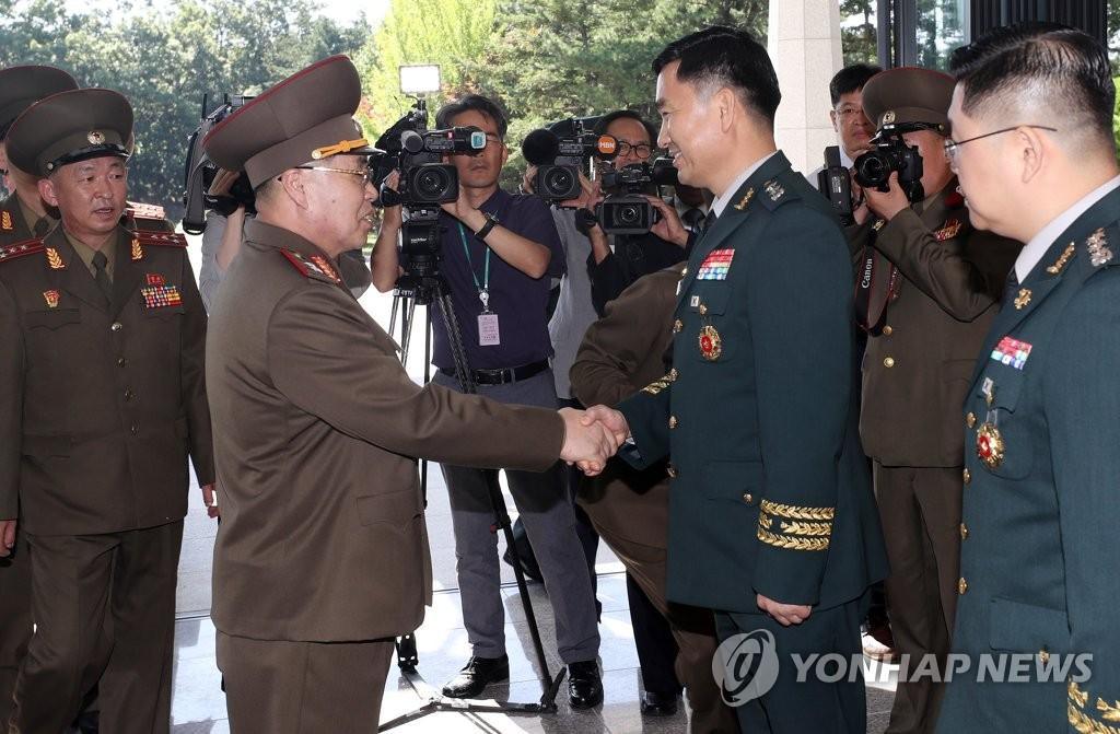 韩朝将领会前握手
