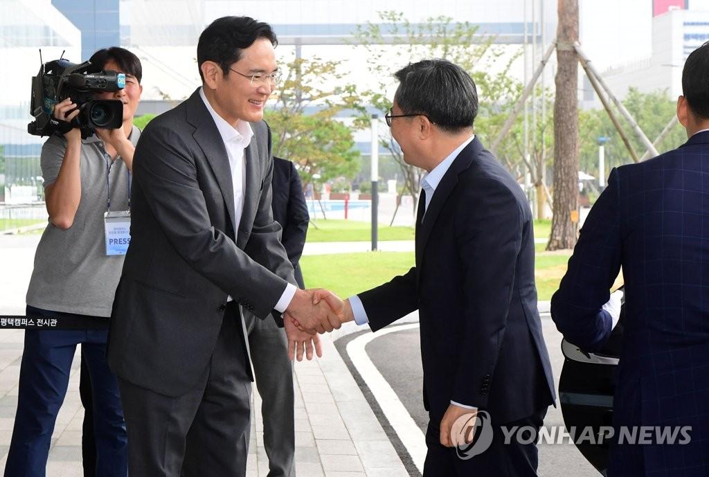 韩副总理金东兖会见三星电子副会长李在镕