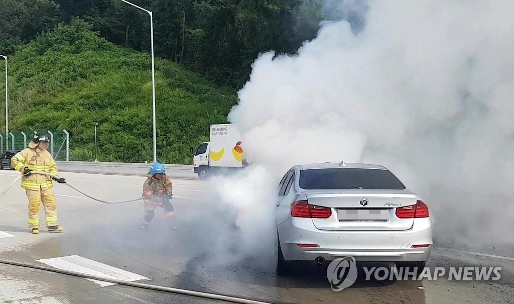 8月9日上午8时50分许,一辆320d宝马车在京畿道义王市的一高速公路上起火。(韩联社/京畿道消防本部提供)