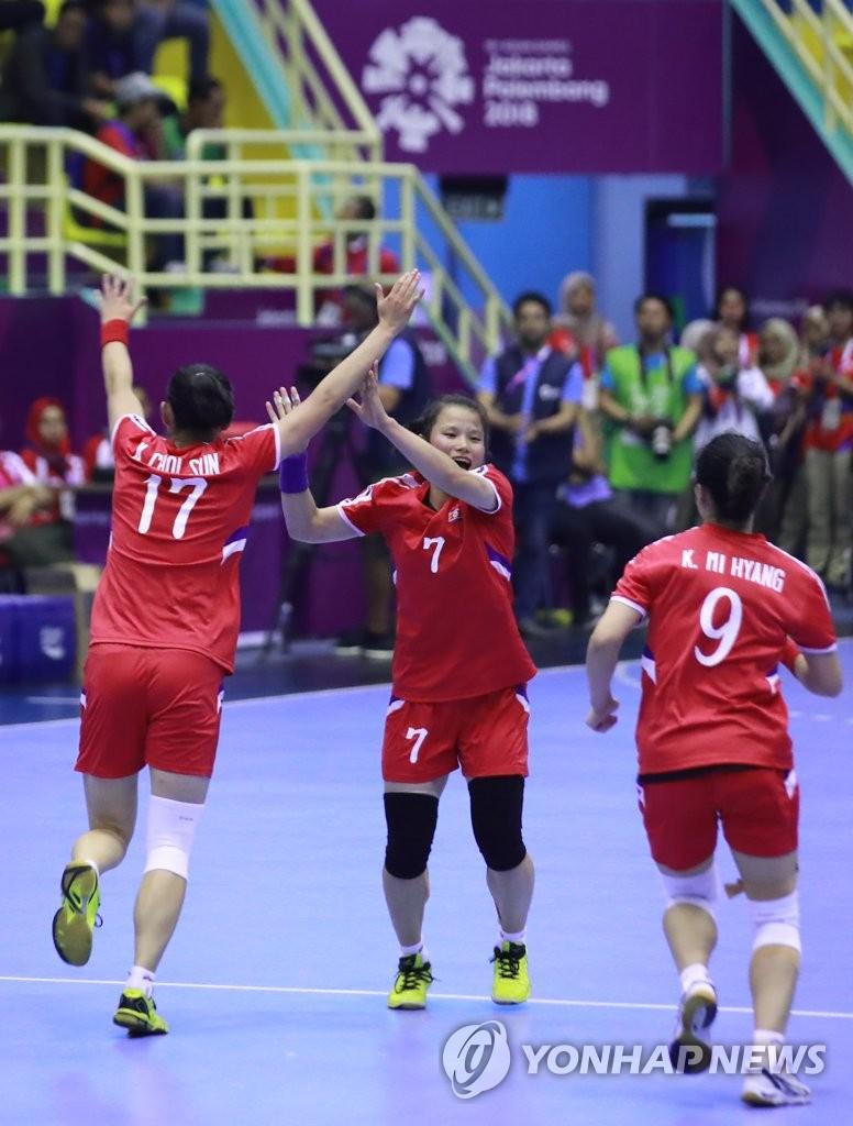 资料图片:8月14日,在雅加达,朝鲜女子手球运动员在比赛中。(韩联社)