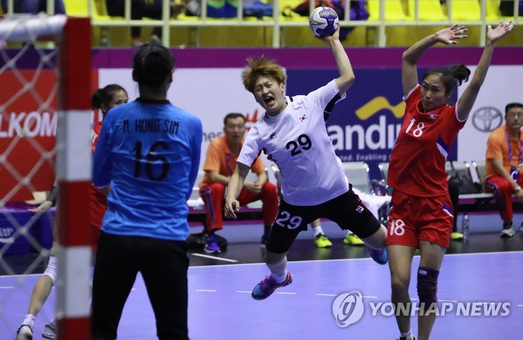 资料图片:2018年亚运会韩朝女子手球对决 韩联社