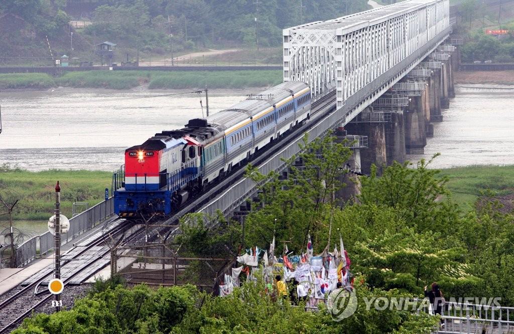 资料图片:2007年5月,韩朝跨境铁路对接区段试通车。(韩联社)