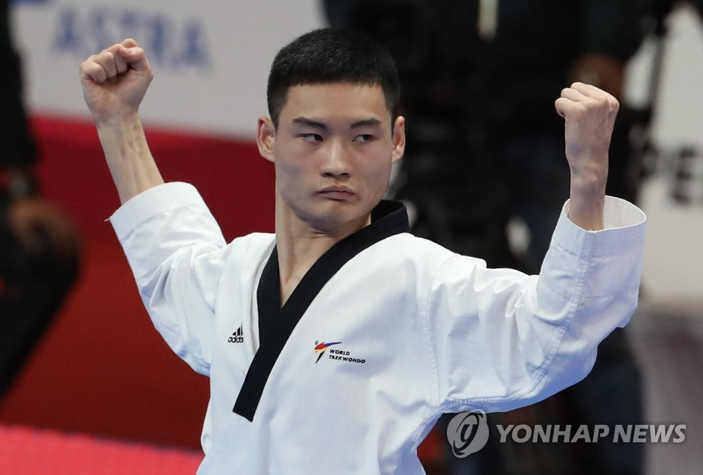 当地时间8月19日,在雅加达国际会展中心,韩国跆拳道运动员姜民成(音)在比赛中。姜民成在2018雅加达亚运会男子个人品势决赛上以平均得分8.810力克对手勇夺金牌。(韩联社)