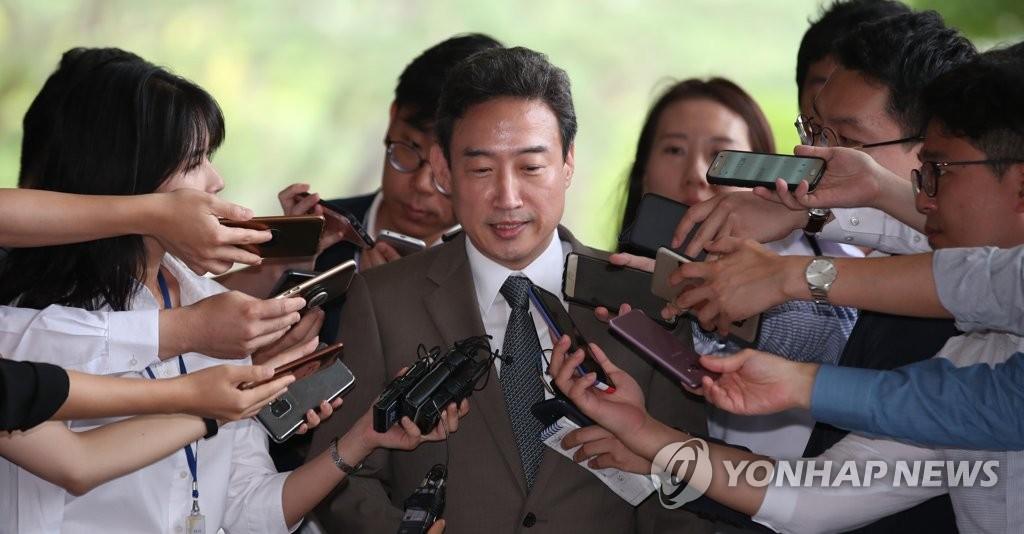 资料图片:2018年8月23日,首尔高等法院部长级审判员李圭镇以嫌疑人身份到首尔中央地方检察厅接受调查。(韩联社)