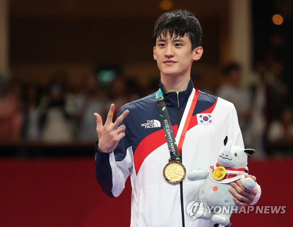 8月23日,在印尼雅加达,李大勋在领奖台上微笑留念。(韩联社)