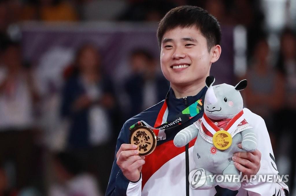 8月23日,在印尼雅加达,金韩松在领奖台上微笑留影。(韩联社)