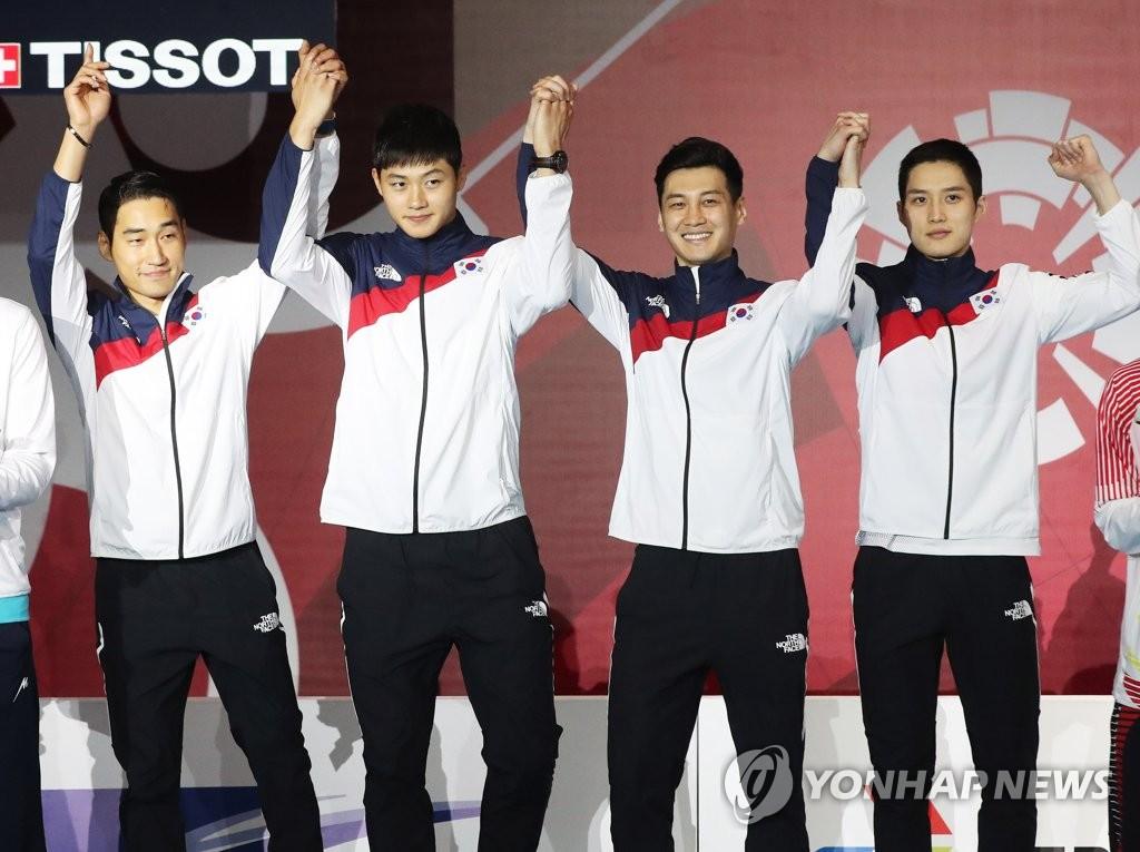 8月23日,在印尼雅加达,韩国男子佩剑队在领奖台上庆祝胜利。(韩联社)