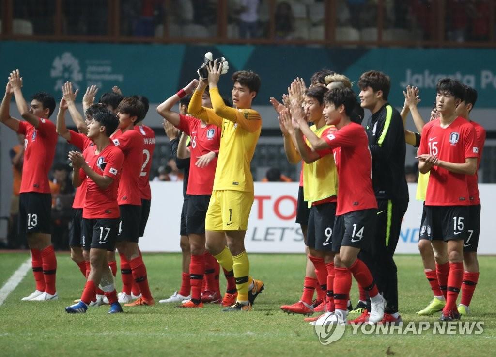 8月23日,在印尼雅加达,韩国男足战胜伊朗后庆祝胜利。(韩联社)