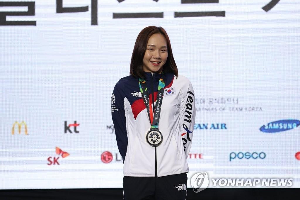 资料图片:2018年8月25日,在印尼雅加达亚运会上,把金牌挂在胸前的金瑞英亮相记者会。 韩联社