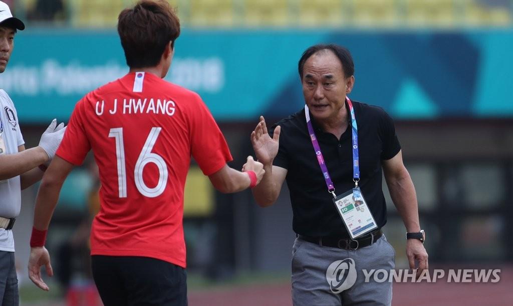 资料图片:韩国U23男足教练金鹤范(右) 韩联社