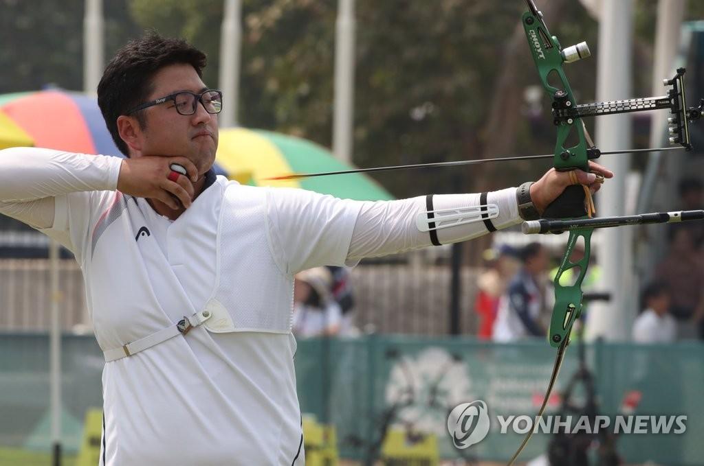 当地时间8月28日下午,在印尼雅加达,韩国选手金优镇在2018年雅加达亚运会射箭反曲弓男子个人决赛中拉弓射箭。(韩联社)