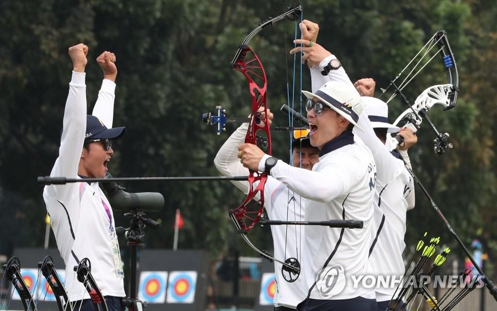 当地时间8月28日,在印尼雅加达,2018雅加达亚运会射箭复合弓男子团体赛决赛结束后,韩国队庆祝胜利。(韩联社)