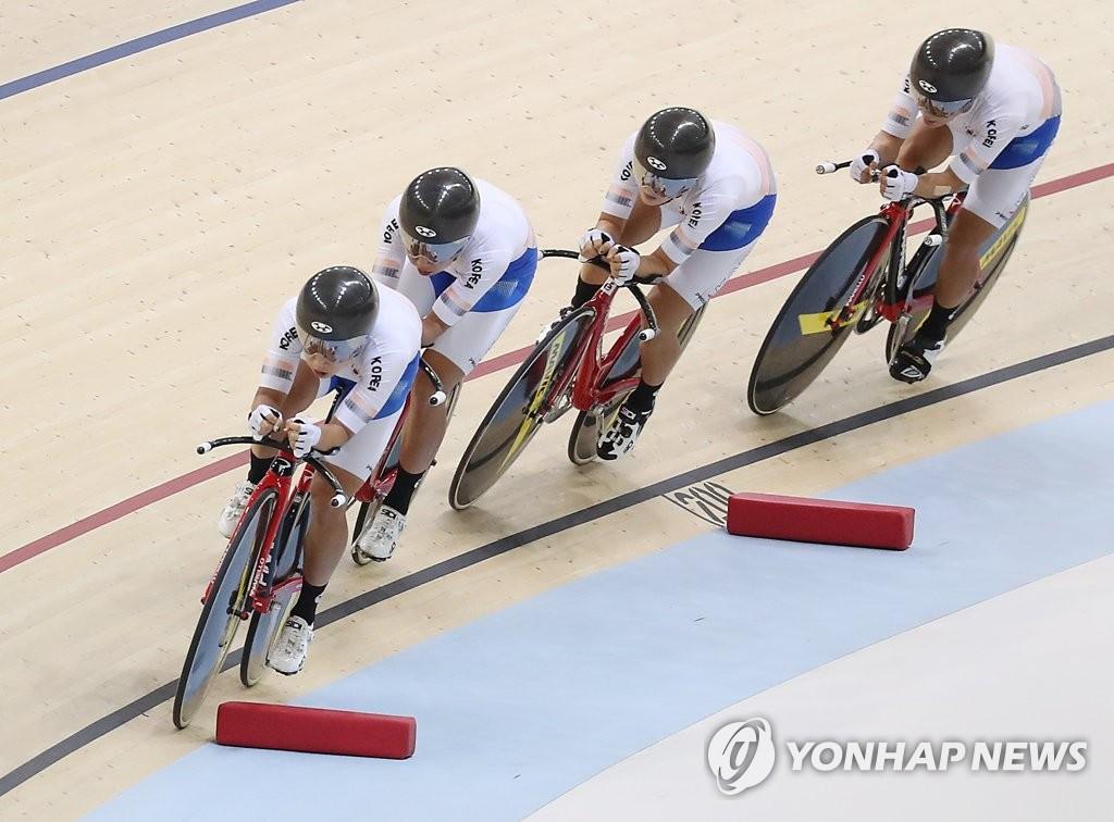 当地时间8月28日,在印尼雅加达,韩国队选手罗雅凛(最前)、金裕离、金贤芝、李珠美在亚运会场地自行车女子团体追逐赛中向金牌发起冲击。(韩联社)