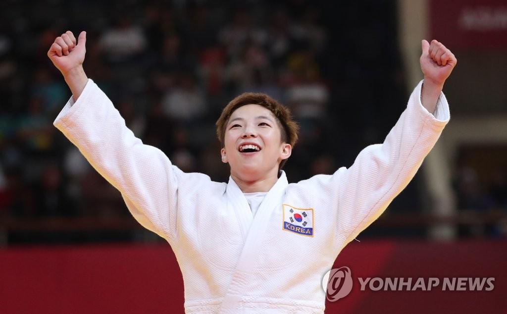 当地时间8月29日上午,在印尼雅加达,韩国选手郑普泾在2018雅加达亚运柔道女子48公斤级决赛中夺冠后欢呼庆祝。(韩联社)