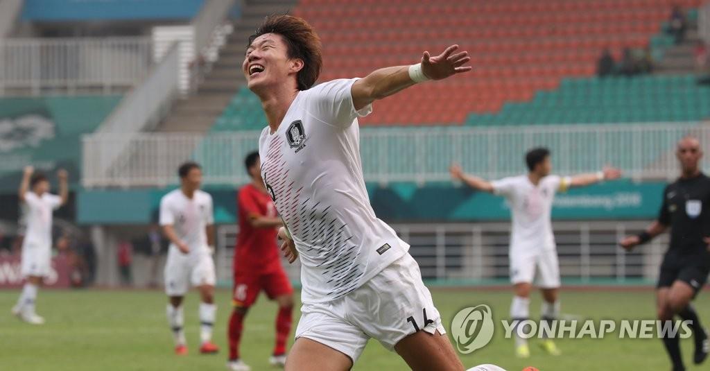 当地时间8月29日下午,在印尼茂物帕坎萨里体育场,韩国队在2018年雅加达亚运会男足半决赛中战胜越南晋级决赛。图为韩国选手黄义助在进球得分后欢呼庆祝。(韩联社)
