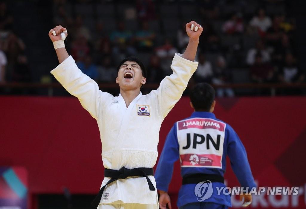 当地时间8月29日上午,在印尼雅加达,韩国名将安保罗在2018雅加达亚运柔道男子66公斤级决赛中夺金后欢呼庆祝。(韩联社)