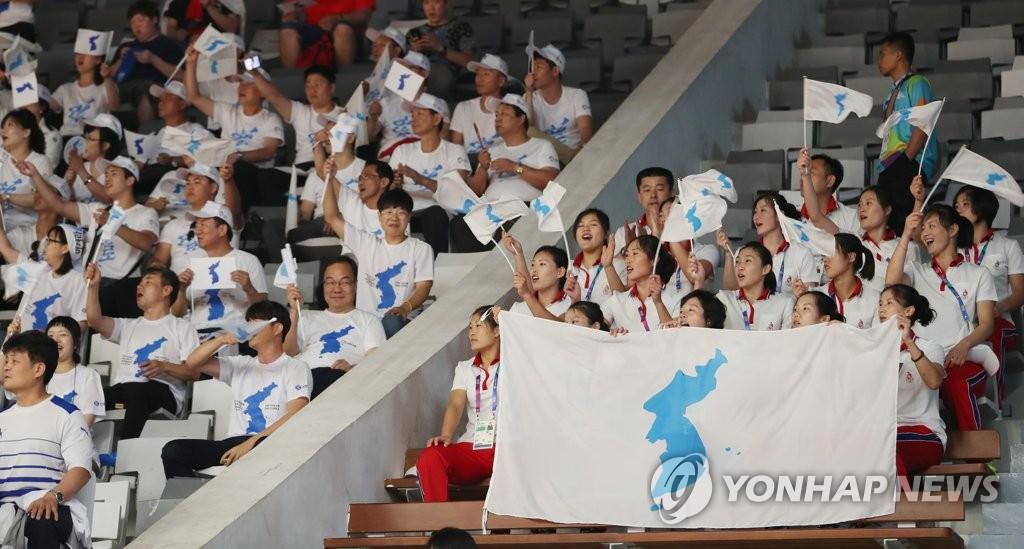 韩朝联合拉拉队为女篮联队加油