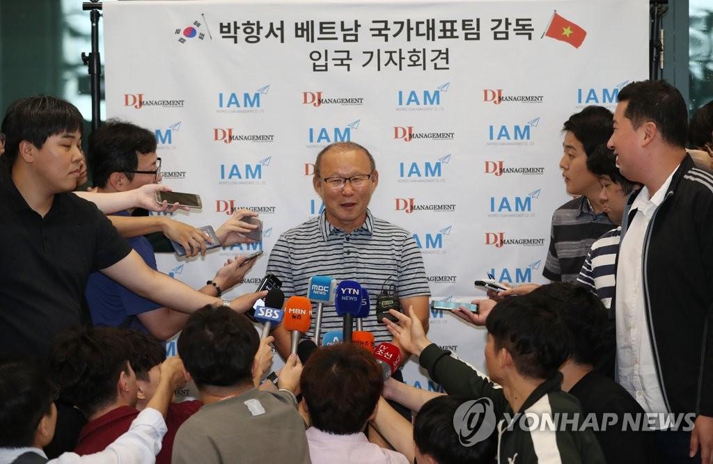 9月6日,在仁川国际机场,朴恒绪接受媒体记者采访。(韩联社)